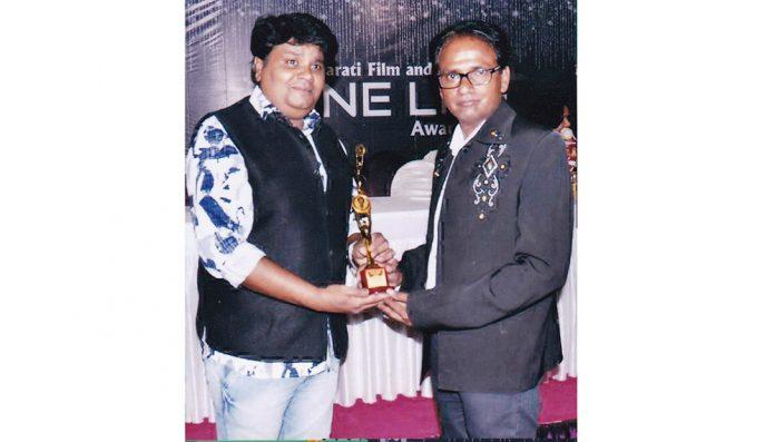 hateesh-tattamiya-rajkots-best-cameraman-award-for-gujarati-film-by-cine-life